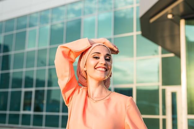Portret moslim vrouw die hijaab draagt