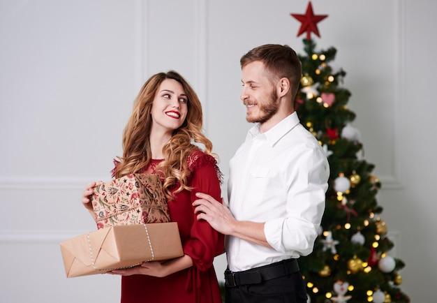 Portret od aanhankelijk paar met kerstmis