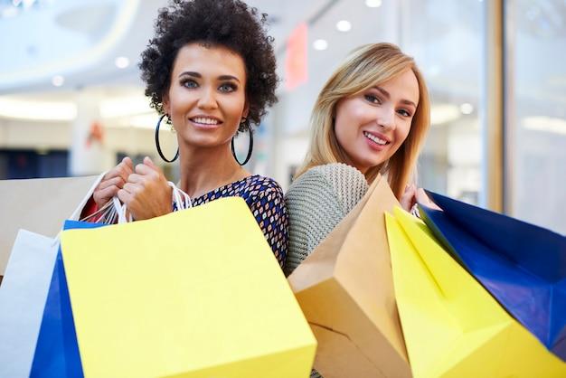 Portret od twee vrouw in het winkelcentrum