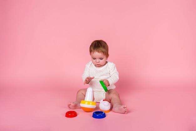 Portret peuter spelen met piramide speelgoed