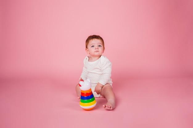 Portret peuter spelen met speelgoed