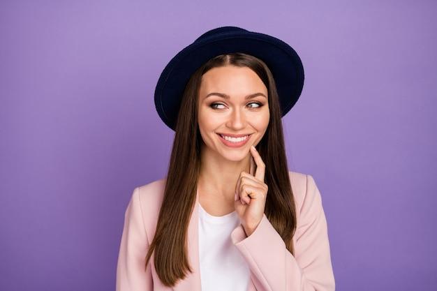 Portret positief vrolijk meisje aanraking wang vinger kijken copyspace denk gedachten beslissen geweldig funky weekend vrije tijd beslissingen oplossing draag pastel kleding geïsoleerde violette kleur achtergrond