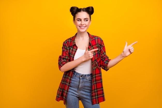 Portret positieve meisje punt wijsvinger look copyspace wijzen op advertenties