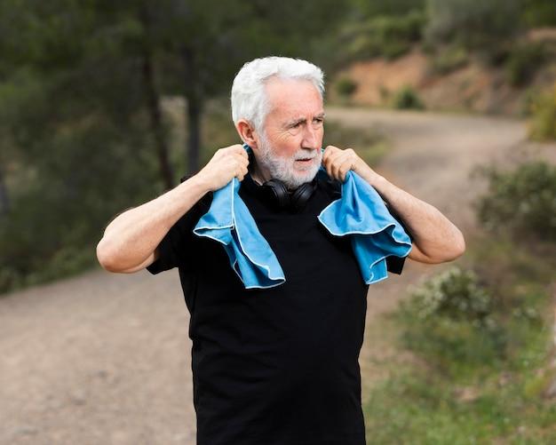 Portret senior man joggen op de berg