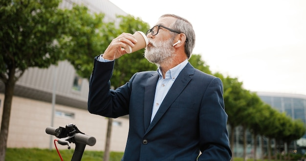 Portret senior man met elektrische scooter