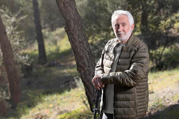 Portret senior man wandelen op de berg