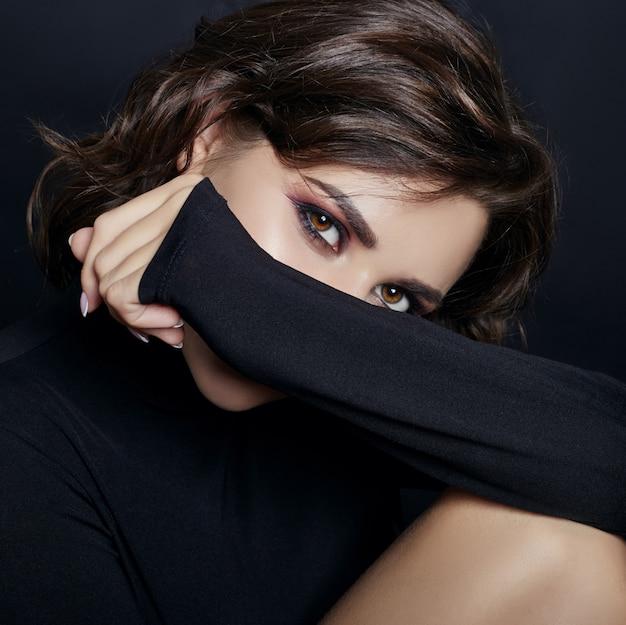 Portret sexy vrouw met zwarte coltrui
