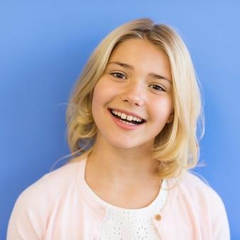 Portret smiley jong meisje