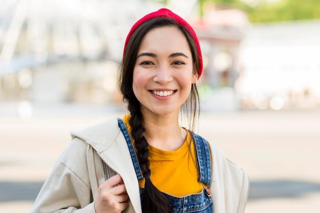 Portret smiley jonge vrouw