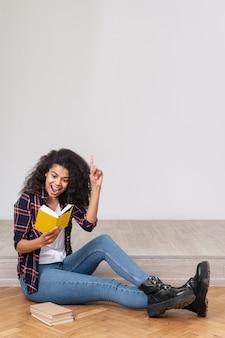 Portret smiley meisje lezen
