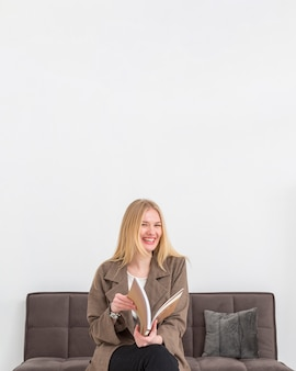 Portret smiley vrouw met kopie-ruimte