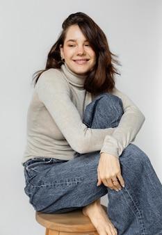 Portret smiley vrouw op stoel
