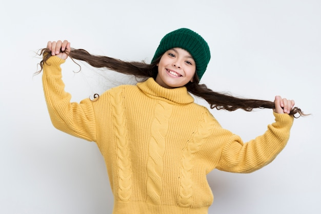 Portret speels meisje dat de winterkleding draagt