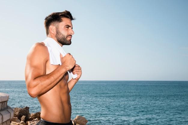 Portret sportief mannetje dat weg kijkt
