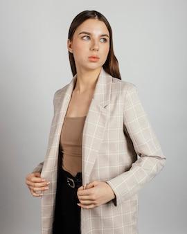 Portret stijlvolle vrouw Premium Foto