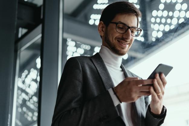 Portret succesvolle zakelijke sms op de smartphone