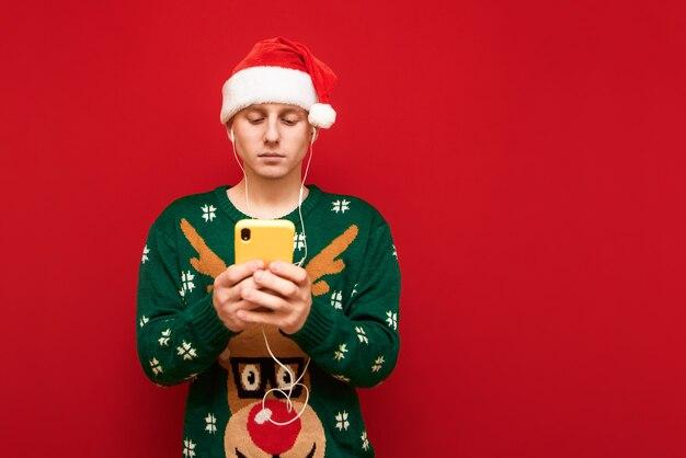 Portret tiener jongen met kerst trui muziek luisteren