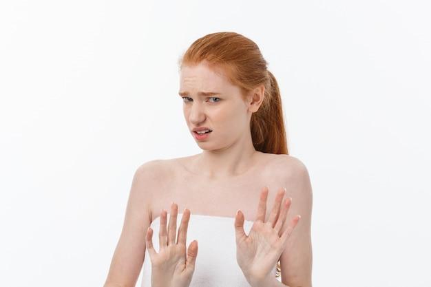 Portret triest ernstige jonge vrouw met teleurgesteld gelaatsuitdrukking