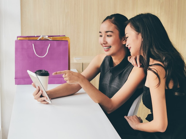 Portret twee gelukkige vrouw asain in shoping concept.