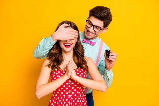 Portret twee mensen man sluiten dekking meisjes ogen houden autosleutels verrassing