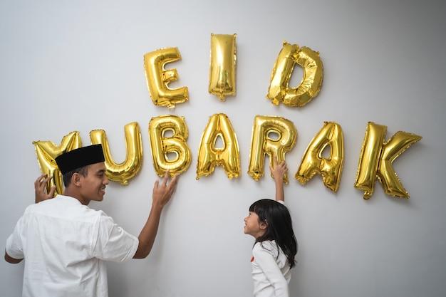 Portret vader en dochter moslim versieren eid mubarak brief gemaakt van ballon decoratie tegen de muur thuis