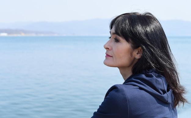 Portret van 45 jaar oude russische vrouw tegen de japanse zee