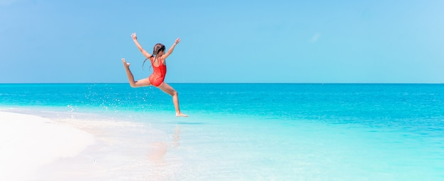 Portret van aanbiddelijk meisje bij strand tijdens de zomervakantie