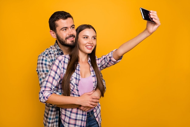 Portret van aanhankelijk romantisch paar hebben date selfie smartphone knuffel