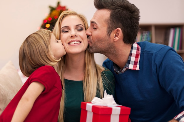 Portret van aanhankelijke familie in kerstmistijd