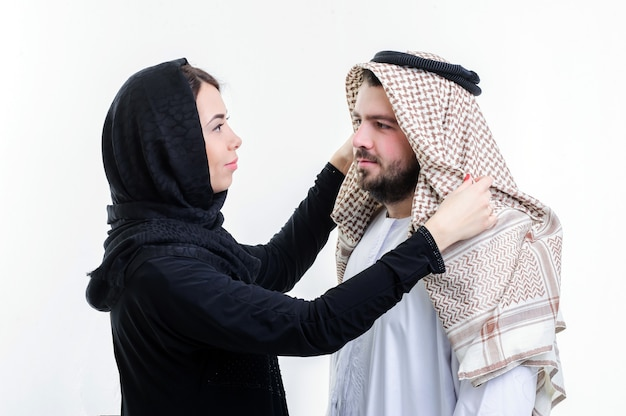 Portret van aantrekkelijk arabisch paar, gekleed in het midden-oosten.