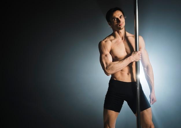 Portret van aantrekkelijk mannelijk model poseren