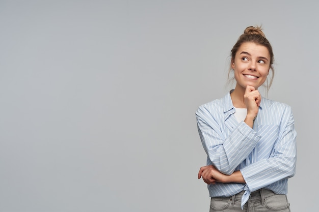 Portret van aantrekkelijk, volwassen meisje met blond haarbroodje. Gratis Foto