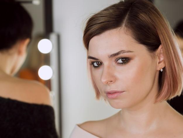 Portret van aantrekkelijk vrouwelijk model