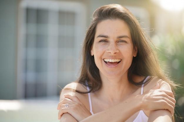 Portret van aantrekkelijke 40-jarige brunette vrouw
