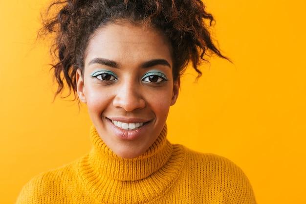 Portret van aantrekkelijke afro-amerikaanse vrouw met afro kapsel glimlachen