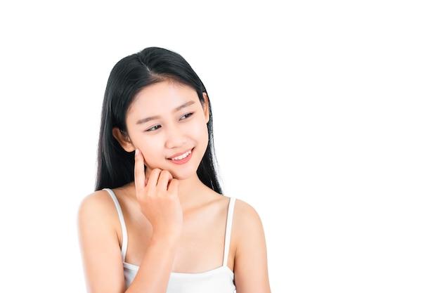 Portret van aantrekkelijke aziatische jonge vrouw met schoonheidshuid en gezicht dat op witte oppervlakte wordt geïsoleerd. gezond huid- en gezichtsverzorgingsconcept.