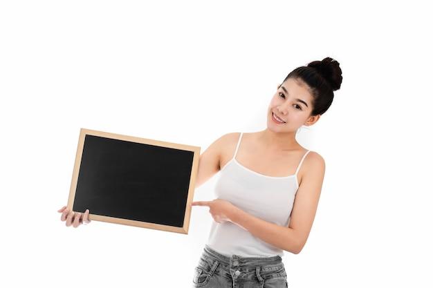 Portret van aantrekkelijke aziatische jonge vrouw met schoonheidshuid en gezicht die leeg bord houden.