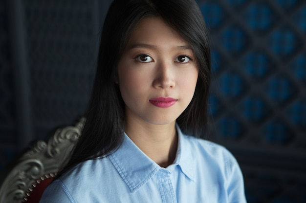 Portret van aantrekkelijke aziatische vrouw in restaurant