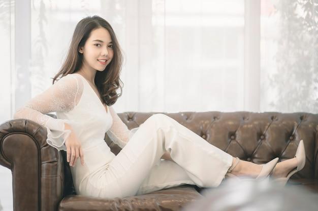 Portret van aantrekkelijke aziatische vrouw met schoonheidshuid, haar en gezicht.