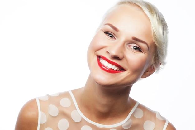 Portret van aantrekkelijke blanke lachende vrouw blond