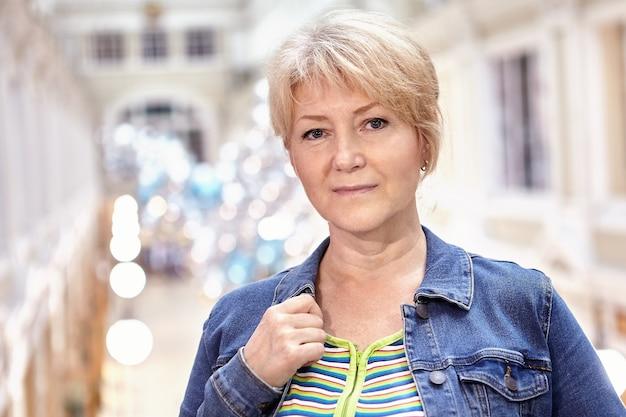 Portret van aantrekkelijke blanke vrouw van middelbare leeftijd met kort blond haar.