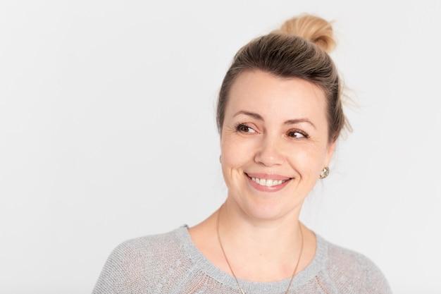 Portret van aantrekkelijke en glimlachende vrouw van middelbare leeftijd