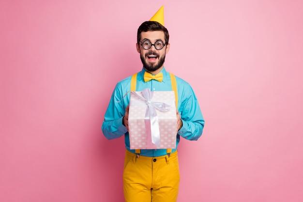 Portret van aantrekkelijke funky kerel in handen geschenkdoos