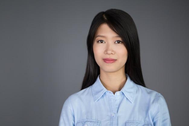 Portret van aantrekkelijke jonge aziatische onderneemster