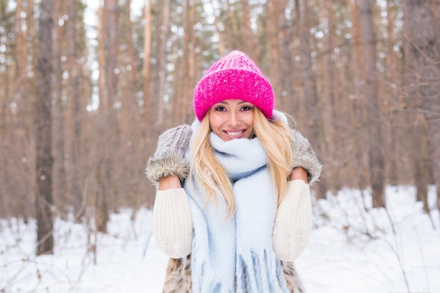 Portret van aantrekkelijke jonge blonde vrouw gekleed in witte jas en