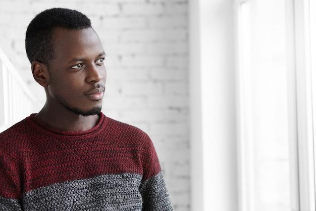 Portret van aantrekkelijke jonge donkere ontwerper met rust close-up