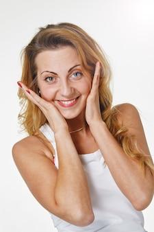 Portret van aantrekkelijke kaukasische glimlachende vrouwenblonde Premium Foto