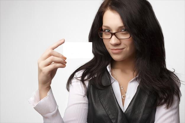 Portret van aantrekkelijke onderneemster met adreskaartje