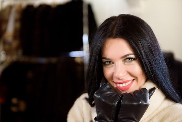 Portret van aantrekkelijke stijlvolle vrouw in bont in een winkel.