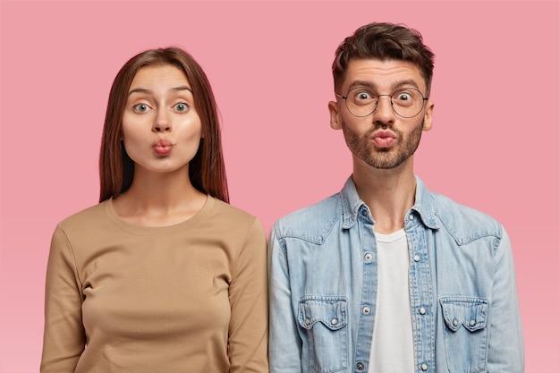 Portret van aantrekkelijke vriendin en vriend maken grimas